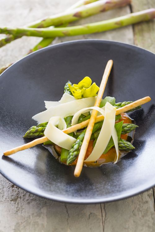 Salade d'asperges vertes, coulis de tomate, copeaux de parmesan, basilic frais
