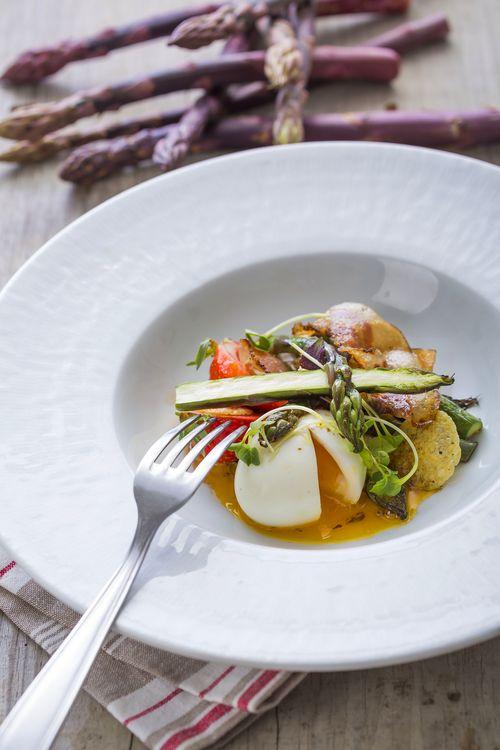 Salade d'asperges Pourpres, oeufs mollets, lard, fraises, fromage de brebis des Pyrénées