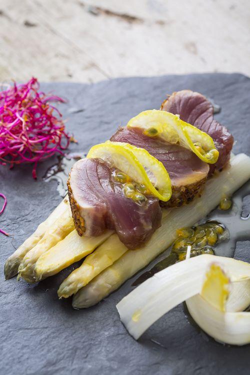 Asperges violettes et tataki de thon rouge vinaigrette passion