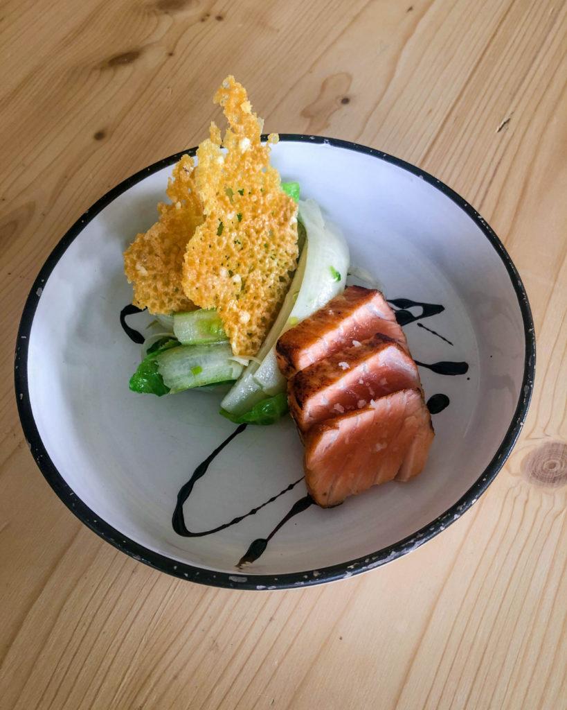 Salade d'asperges à l'ail nouveau, tataki de saumon et tuile de parmesan