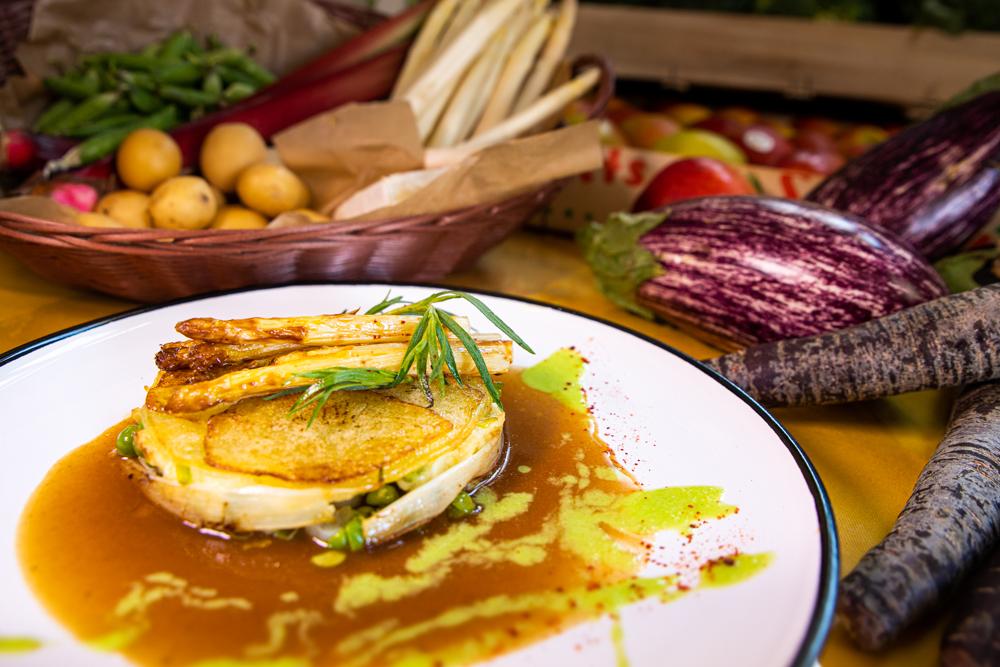 Gratin d'asperges, pommes de terre nouvelles, petits pois et brie, sauce rhubarbe