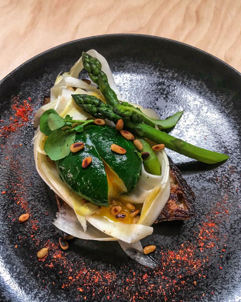 Tartines d'asperges fraîches et pignons grillés, oeuf mollet en habit de cresson